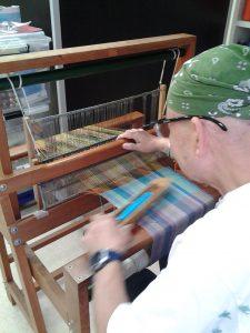 さをり織を織る男性